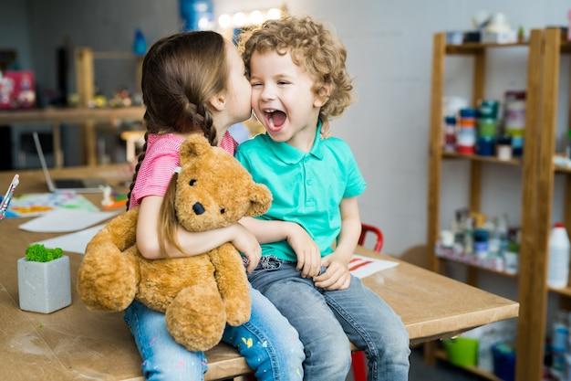 Szczęśliwy brat i siostra całuje