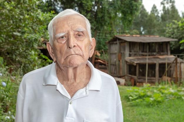 Szczęśliwy brazylijski starszy rolnik.