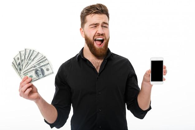 Szczęśliwy brodaty biznesowy mężczyzna w koszulowym mienie pieniądze