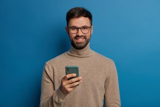 Szczęśliwy brodaty bloger cieszy się, że ma nowych obserwujących na blogu