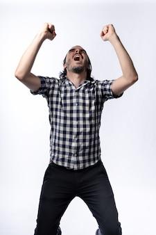 Szczęśliwy brodaty mężczyzna podnosząc ręce w uroczystości patrząc w górę. na białym tle z białym tłem