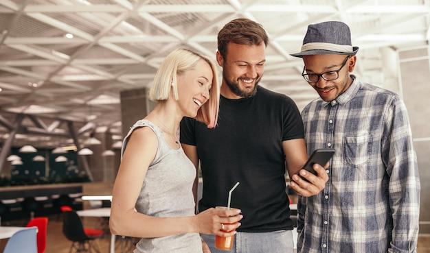 Szczęśliwy brodaty mężczyzna uśmiecha się i udostępnia dane współpracownikom