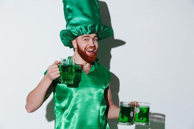 Szczęśliwy brodaty mężczyzna w zielonym kostiumu