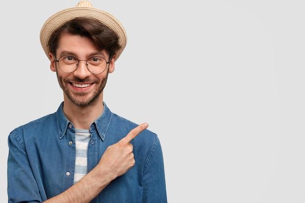 Szczęśliwy brodaty młody rolnik męski z przyjemnym uśmiechem
