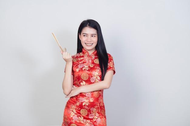 Szczęśliwy chiński nowy rok azji kobieta ubrana w tradycyjny strój qipao cheongsam