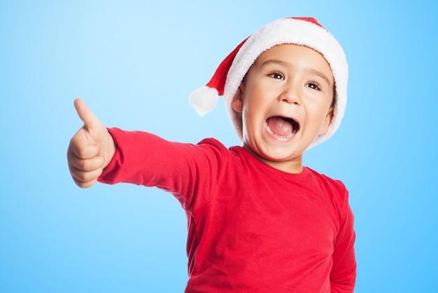 Szczęśliwy chłopiec bawi się z dłoni