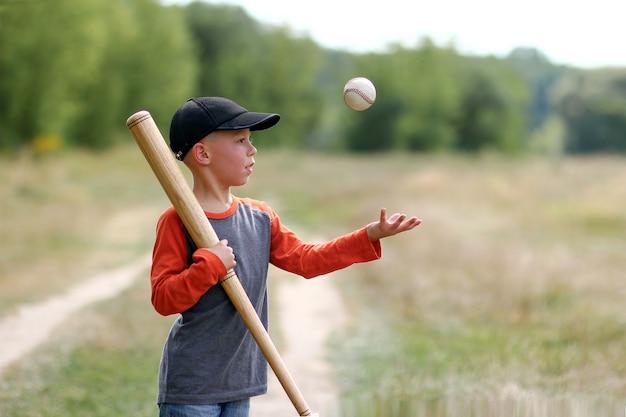 Szczęśliwy chłopiec grający w baseball koncepcja sport zdrowie