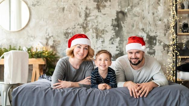 Szczęśliwy chłopiec i rodzice są razem w boże narodzenie