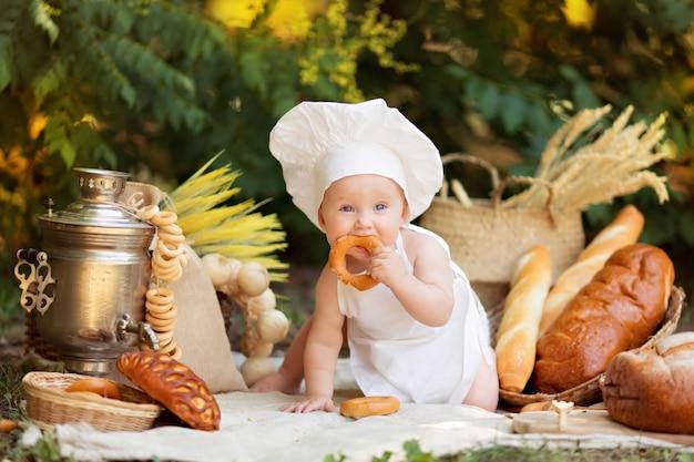 Szczęśliwy chłopiec przygotowuje się w naturze w słoneczny letni dzień