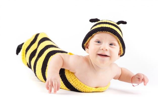Szczęśliwy chłopiec w kostium pszczoły