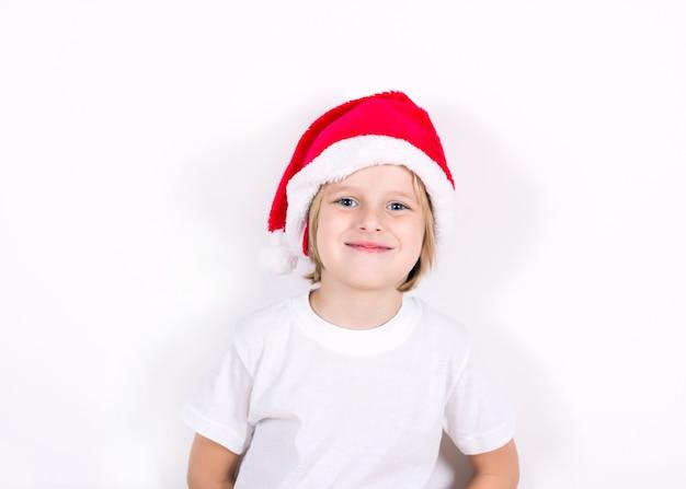 Szczęśliwy chłopiec w santa czerwony kapelusz. koncepcja bożego narodzenia.