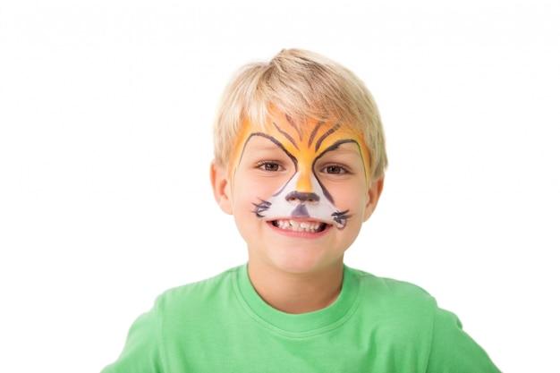 Szczęśliwy chłopiec w tygrysiej twarzy farbie