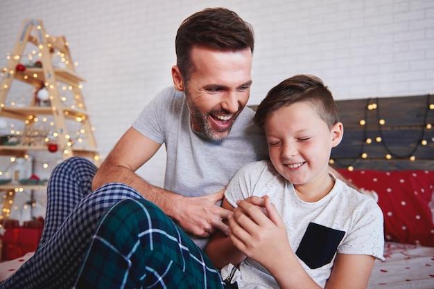 Szczęśliwy chłopiec z ojcem w czasie świąt