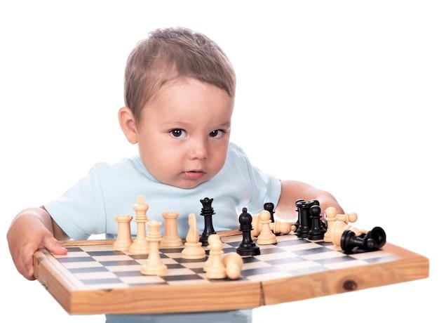 Szczęśliwy chłopiec z szachownicą na białym tle