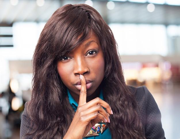 Szczęśliwy czarny-kobieta robi znak ciszy