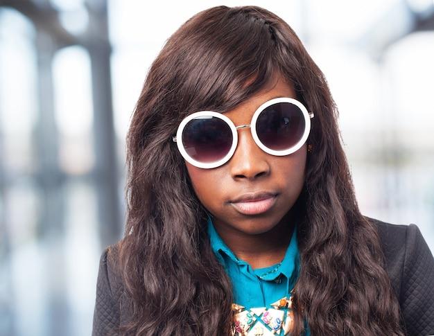 Szczęśliwy czarny-kobieta z okulary