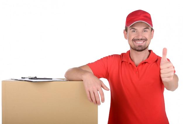 Szczęśliwy człowiek dostawy przewożących pudełka