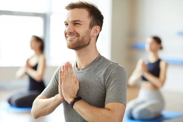 Szczęśliwy człowiek korzystających z medytacji