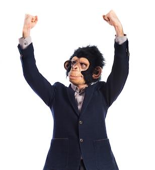 Szczęśliwy człowiek małpa na białym tle