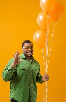 Szczęśliwy człowiek na balony gospodarstwa strony