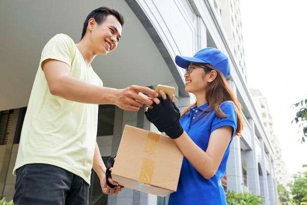 Szczęśliwy człowiek odbiera pakiet