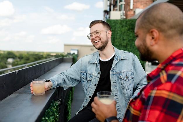 Szczęśliwy człowiek pijący koktajl podczas randki