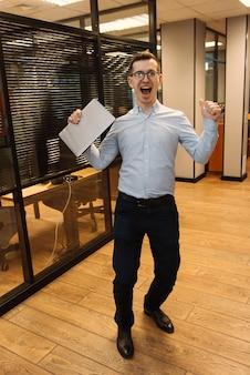 Szczęśliwy człowiek po rozmowie kwalifikacyjnej w biurze