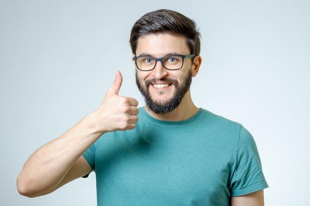 Szczęśliwy człowiek podając kciuki znak