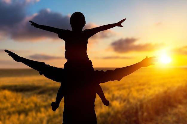 Szczęśliwy człowiek podnieść rękę na widok rano. chrześcijańskie natchnienie uwielbienia boga na tle wielkiego piątku.