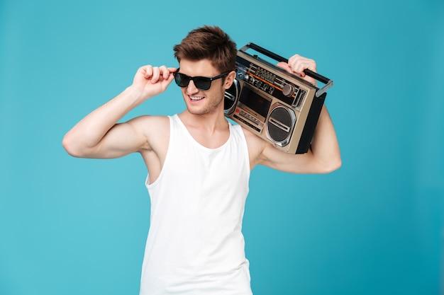 Szczęśliwy człowiek posiadający magnetofon