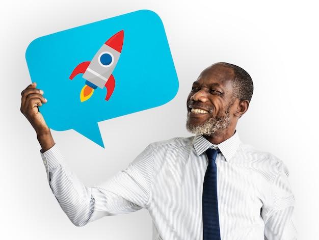 Szczęśliwy człowiek posiadający symbol rakiety