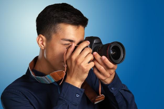 Szczęśliwy człowiek robienie zdjęć z aparatu cyfrowego