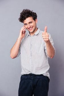 Szczęśliwy człowiek rozmawia przez telefon