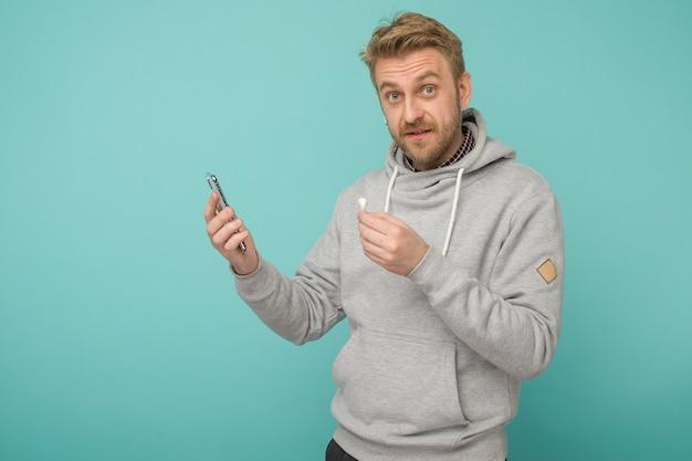 Szczęśliwy człowiek słuchający muzyki bezprzewodowo apple airpods