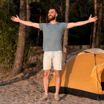 Szczęśliwy człowiek stojący z otwartymi ramionami