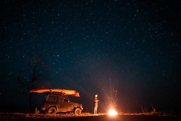 Szczęśliwy człowiek stojący z przodu płonącego ogniska