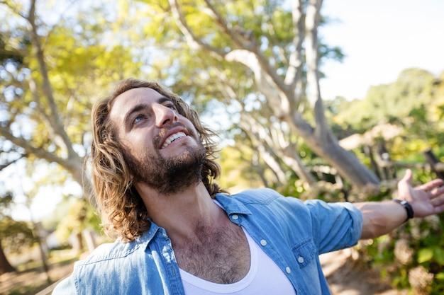 Szczęśliwy człowiek stojący z rozpostartymi ramionami