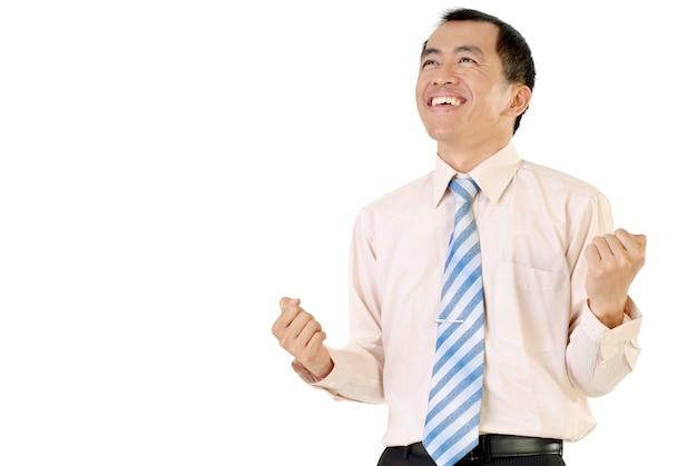 Szczęśliwy człowiek sukcesu w biznesie z wesołym wyrazem na białym tle.