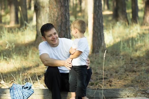 Szczęśliwy człowiek tata w lesie. człowiek i natura. rodzinny dzień. szczęśliwego dnia ziemi.