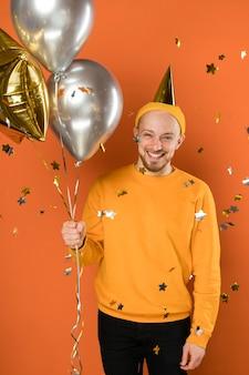Szczęśliwy człowiek trzyma balony