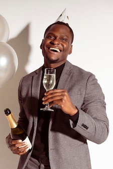 Szczęśliwy człowiek trzyma kieliszek szampana