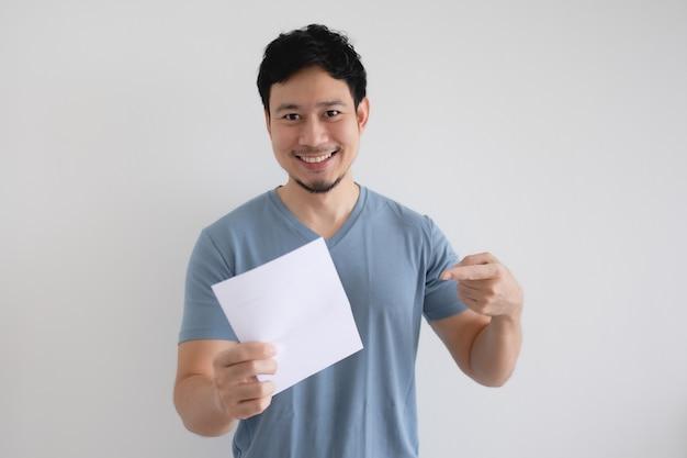 Szczęśliwy człowiek trzyma list z fakturą na na białym tle.