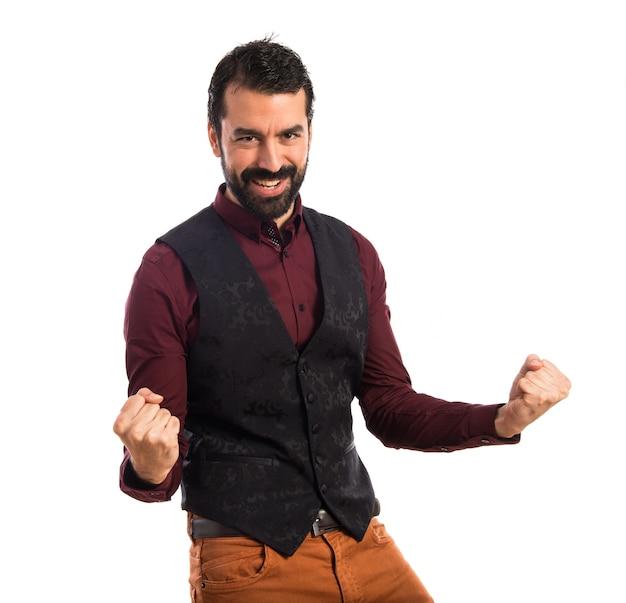 Szczęśliwy człowiek ubrany w kamizelkę