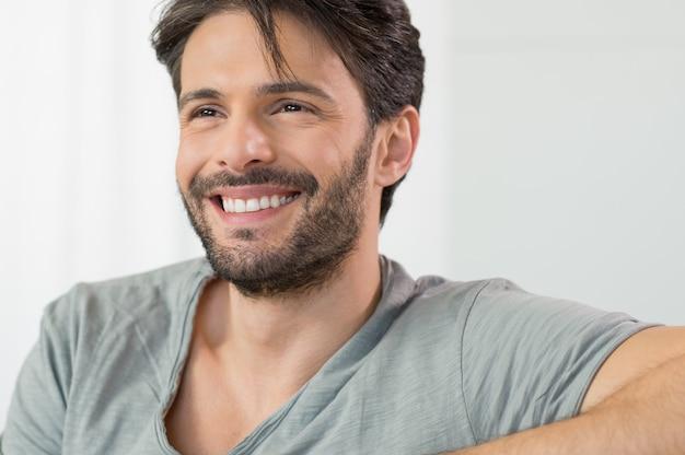 Szczęśliwy człowiek uśmiecha się