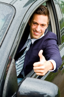 Szczęśliwy człowiek w swoim nowym samochodzie