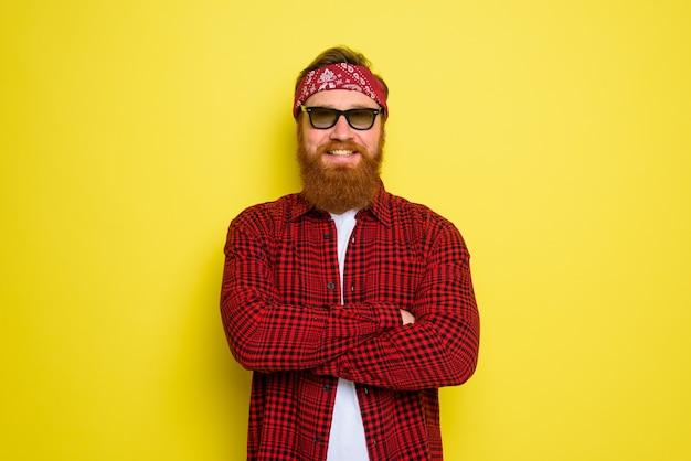 Szczęśliwy człowiek z brodą i chustką w głowie