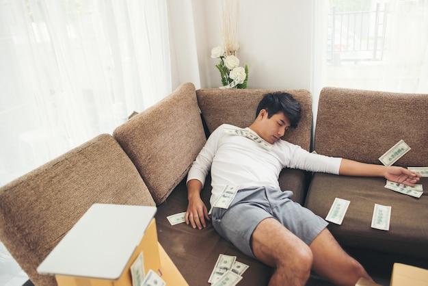 Szczęśliwy człowiek z dolarów gotówki pływające w domowym biurze, bogaty z biznesu online koncepcji