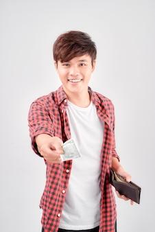 Szczęśliwy człowiek z gotówką płacącą na białym tle