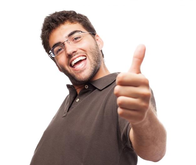 Szczęśliwy człowiek z kciukiem do góry na białym tle