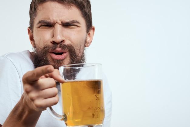Szczęśliwy człowiek z kuflem piwa alkoholowego w dłoniach